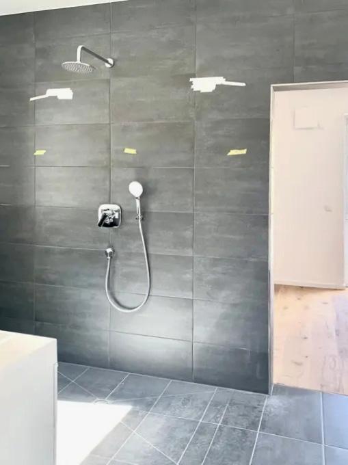 Das Badezimmer der 2-Zimmer-Eigentumswohnung in Lay